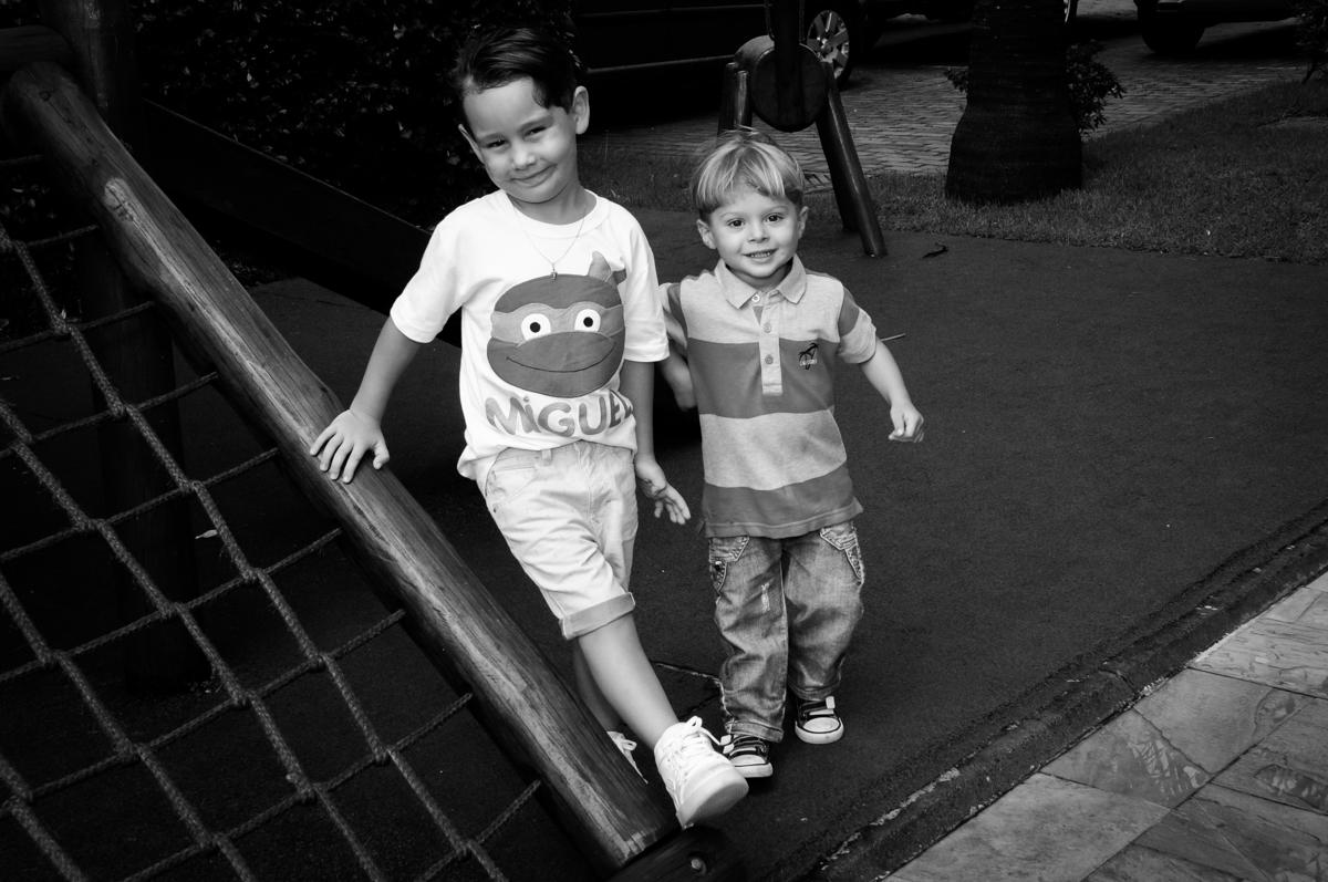 brincadeiras animadas no play ground no Condomínio Vila Leopoldina, festa infantil, tema Tartaruga Ninja, Miguel 5 anos