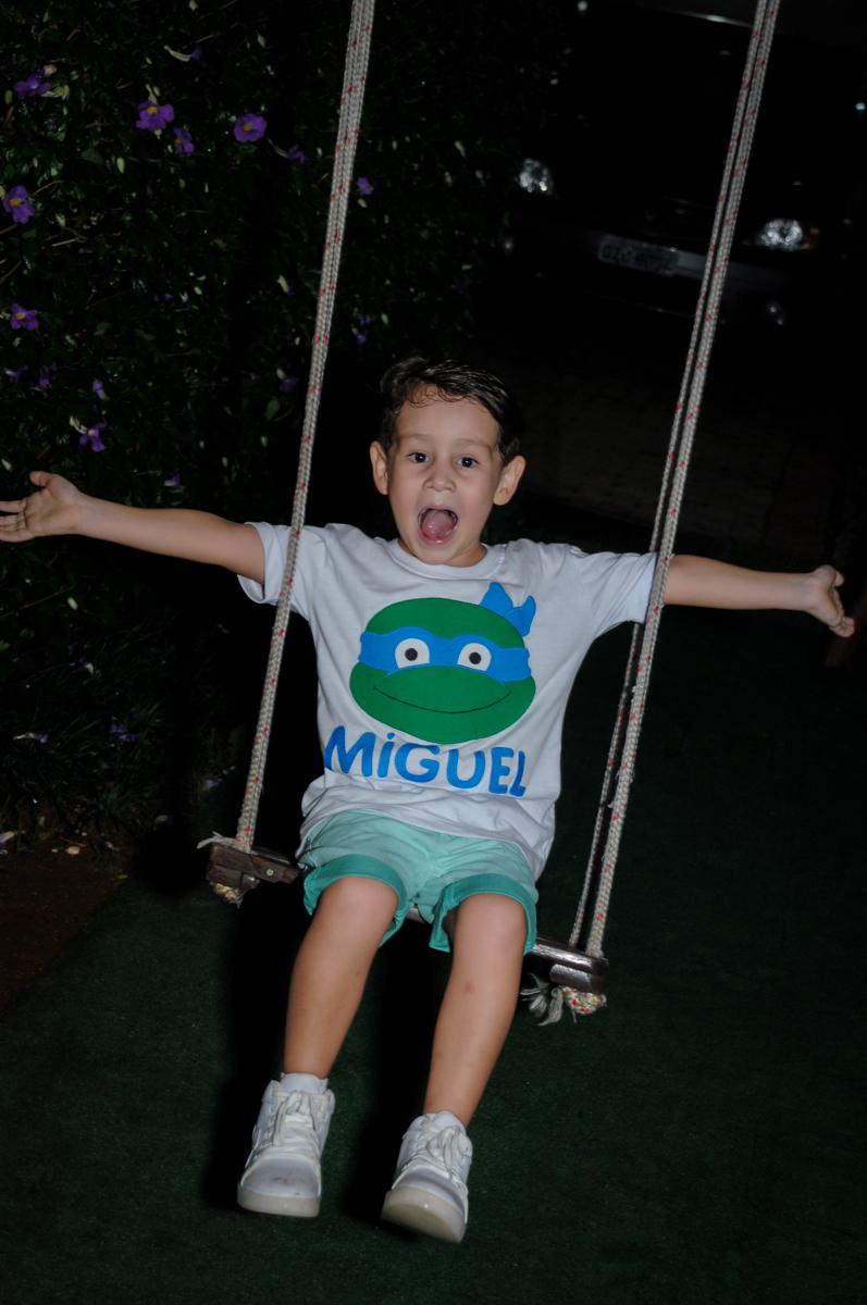 hora  de brincar no balanço no Condomínio Vila Leopoldina, festa infantil, tema Tartaruga Ninja, Miguel 5 anos