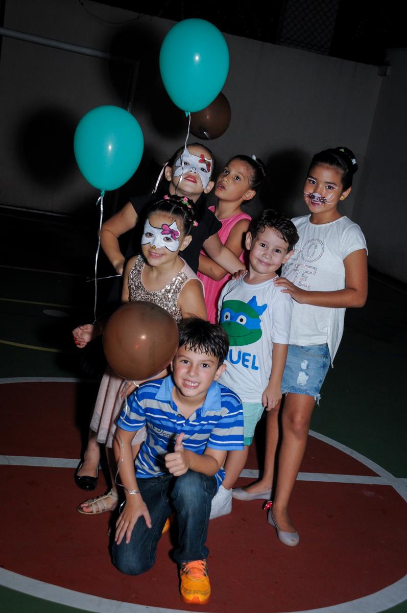 foto de toda turma com o balão de bexiga no Condomínio Vila Leopoldina, festa infantil, tema Tartaruga Ninja, Miguel 5 anos