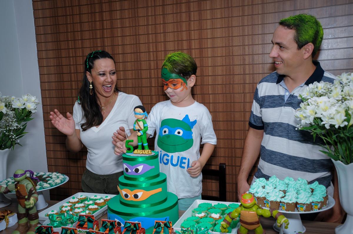 muita alegria na hora de cantar o parabéns no Condomínio Vila Leopoldina, festa infantil, tema Tartaruga Ninja, Miguel 5 anos