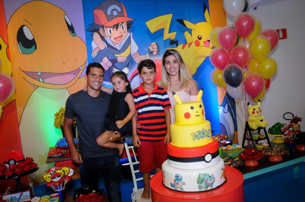 A família é fotografada no Buffet Fantastic World, Morumbi São Paulo, Festa Infantil, aniversário de Jean Gabriel 8 anos, tema da festa Poke Mon
