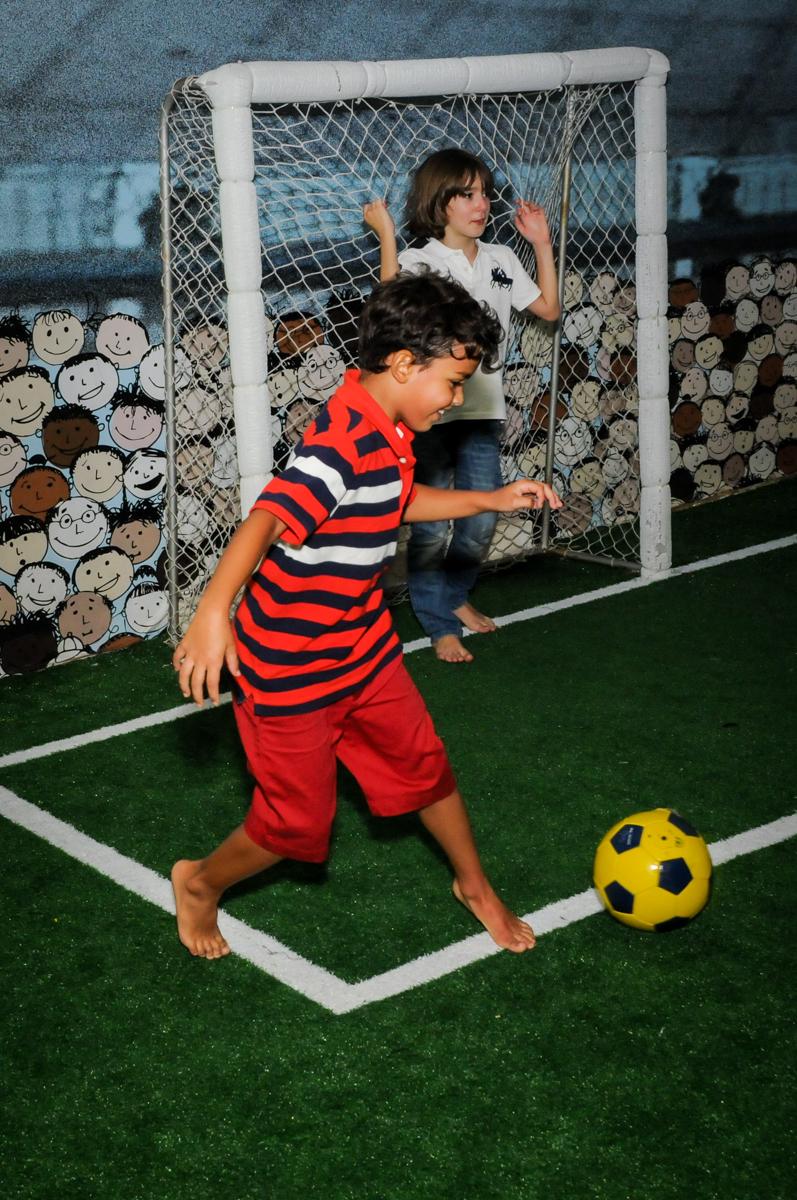 futebol com muito drible no Buffet Fantastic World, Morumbi São Paulo, Festa Infantil, aniversário de Jean Gabriel 8 anos, tema da festa Poke Mon