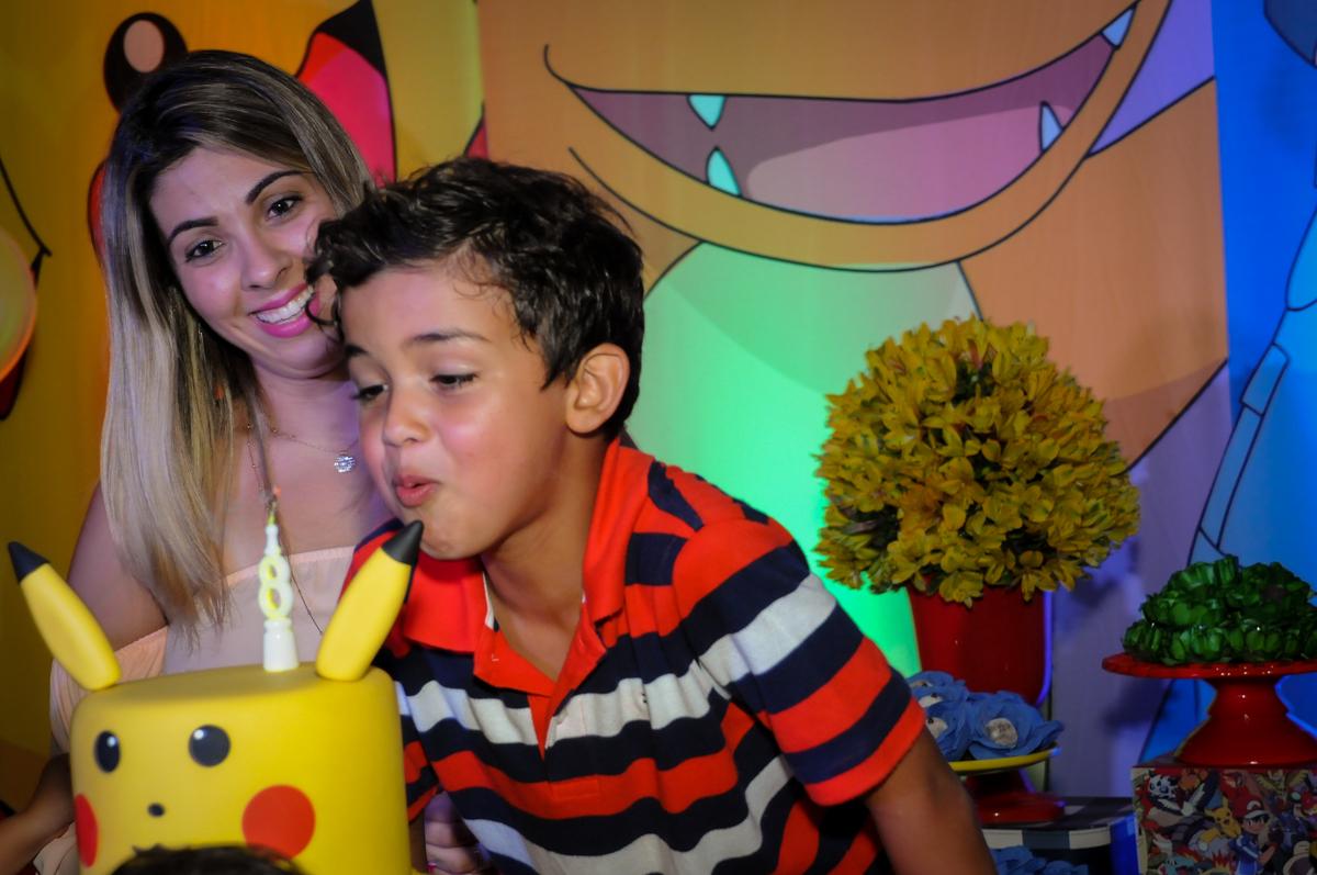 soprando a velina do bolo no Buffet Fantastic World, Morumbi São Paulo, Festa Infantil, aniversário de Jean Gabriel 8 anos, tema da festa Poke Mon