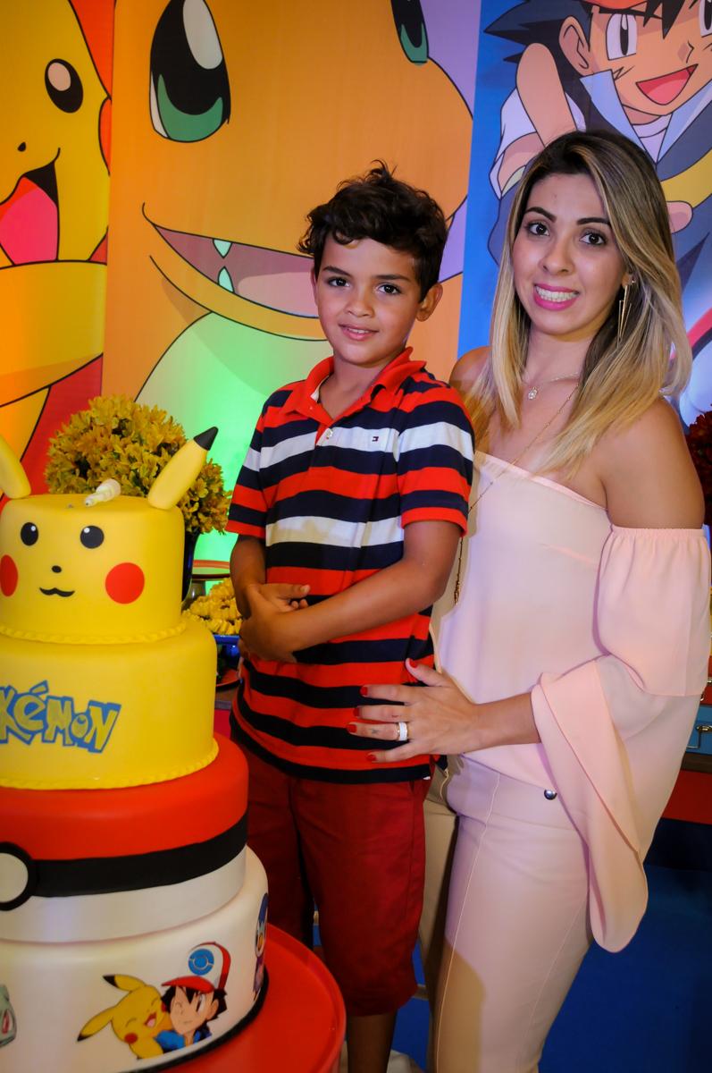 fotografia do aniversariante com sua mãe no Buffet Fantastic World, Morumbi São Paulo, Festa Infantil, aniversário de Jean Gabriel 8 anos, tema da festa Poke Mon
