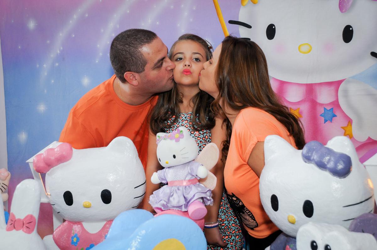 beijinho dos pais na aniversariante no Buffet Infantil Planeta 2, Butantã, SP, festa infantil, tema Hello Kitty, Maria Eduarda 6 anos
