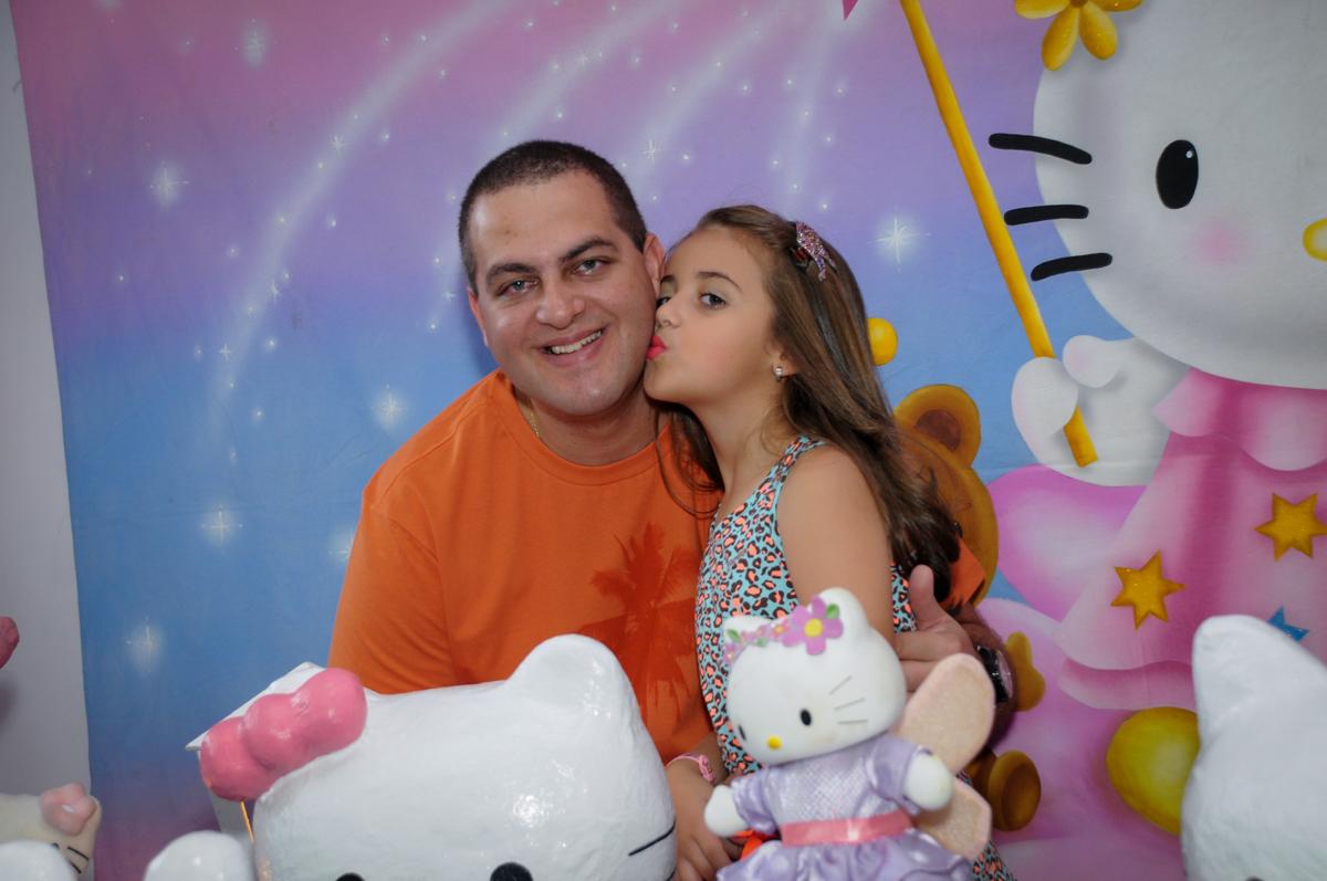 fotografia da aniversariante beijando seu pai no Buffet Infantil Planeta 2, Butantã, SP, festa infantil, tema Hello Kitty, Maria Eduarda 6 anos