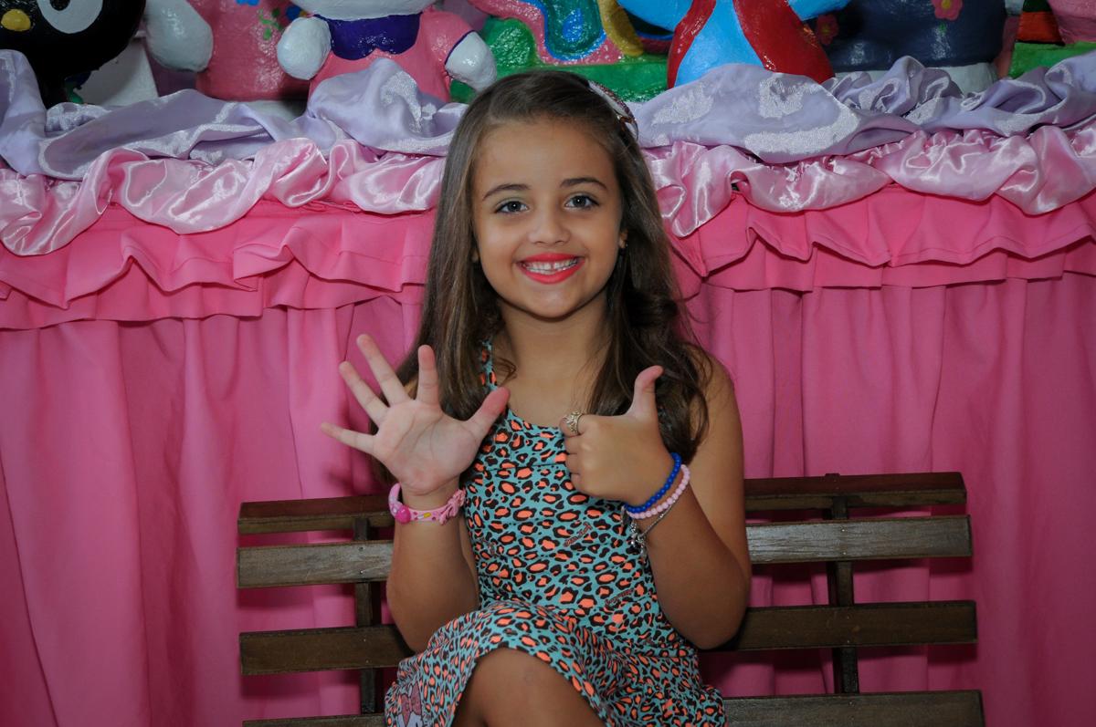 aniversariante é fotografada em frente a mesa decorada no Buffet Infantil Planeta 2, Butantã, SP, festa infantil, tema Hello Kitty, Maria Eduarda 6 anos