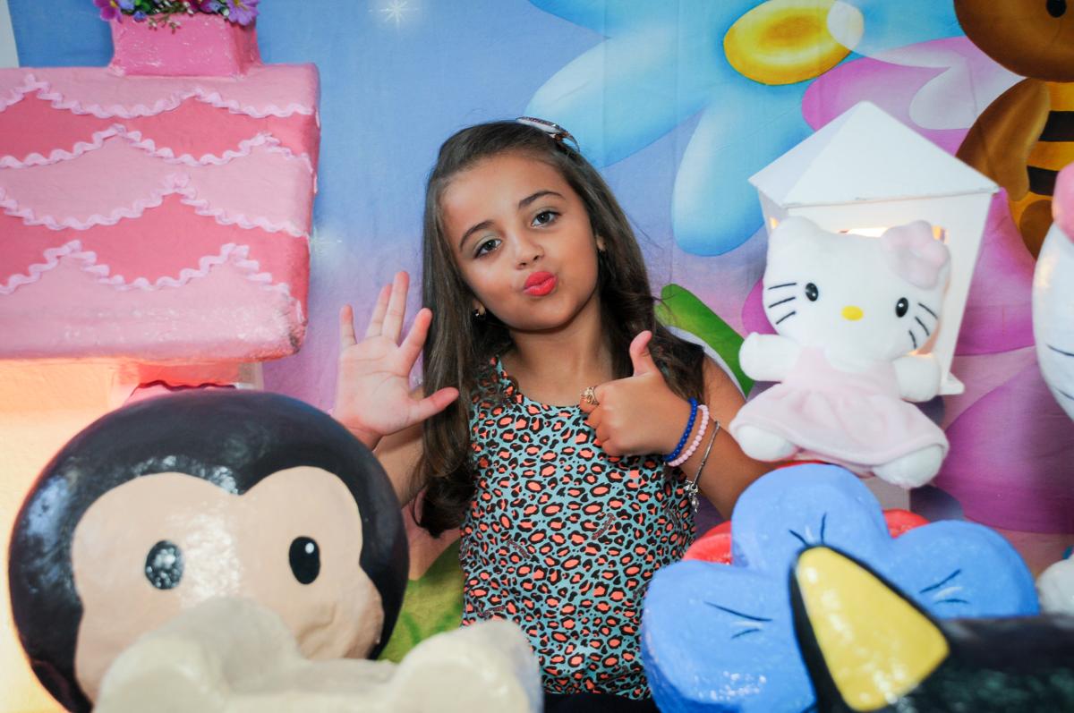 muita alegria ao ser fotografada no Buffet Infantil Planeta 2, Butantã, SP, festa infantil, tema Hello Kitty, Maria Eduarda 6 anos