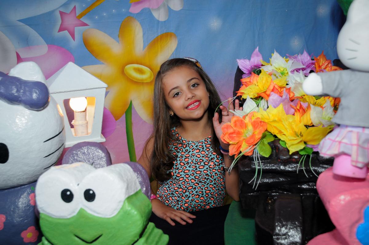 aniversariante é fotografada em várias poses no Buffet Infantil Planeta 2, Butantã, SP, festa infantil, tema Hello Kitty, Maria Eduarda 6 anos