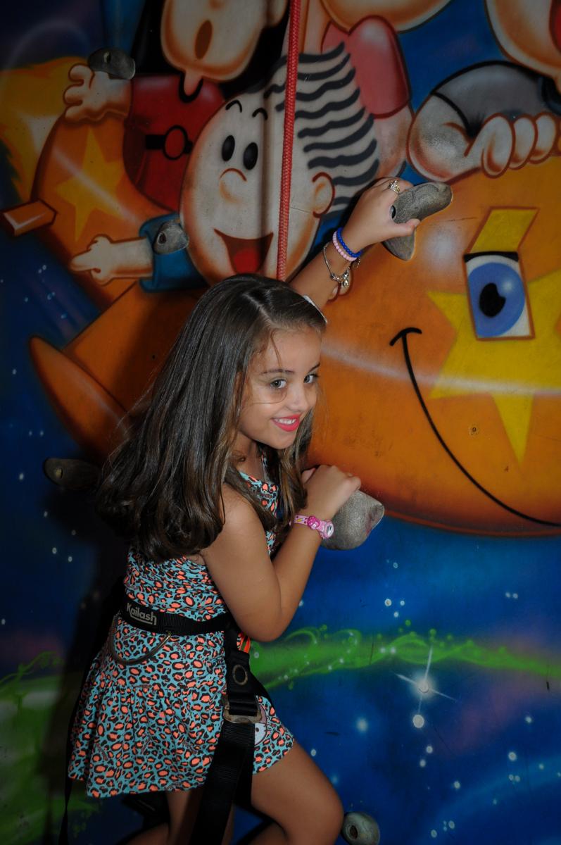 A aniversariante brinca na parede de escalada no Buffet Infantil Planeta 2, Butantã, SP, festa infantil, tema Hello Kitty, Maria Eduarda 6 anos