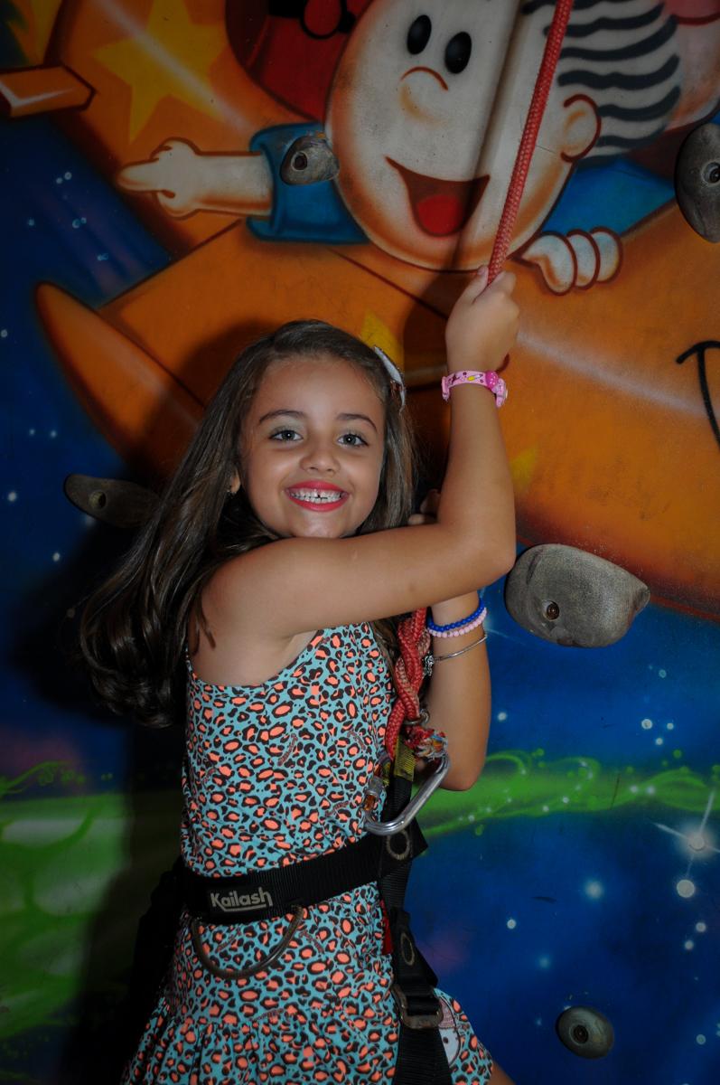 chegada final na parede de escalada no Buffet Infantil Planeta 2, Butantã, SP, festa infantil, tema Hello Kitty, Maria Eduarda 6 anos