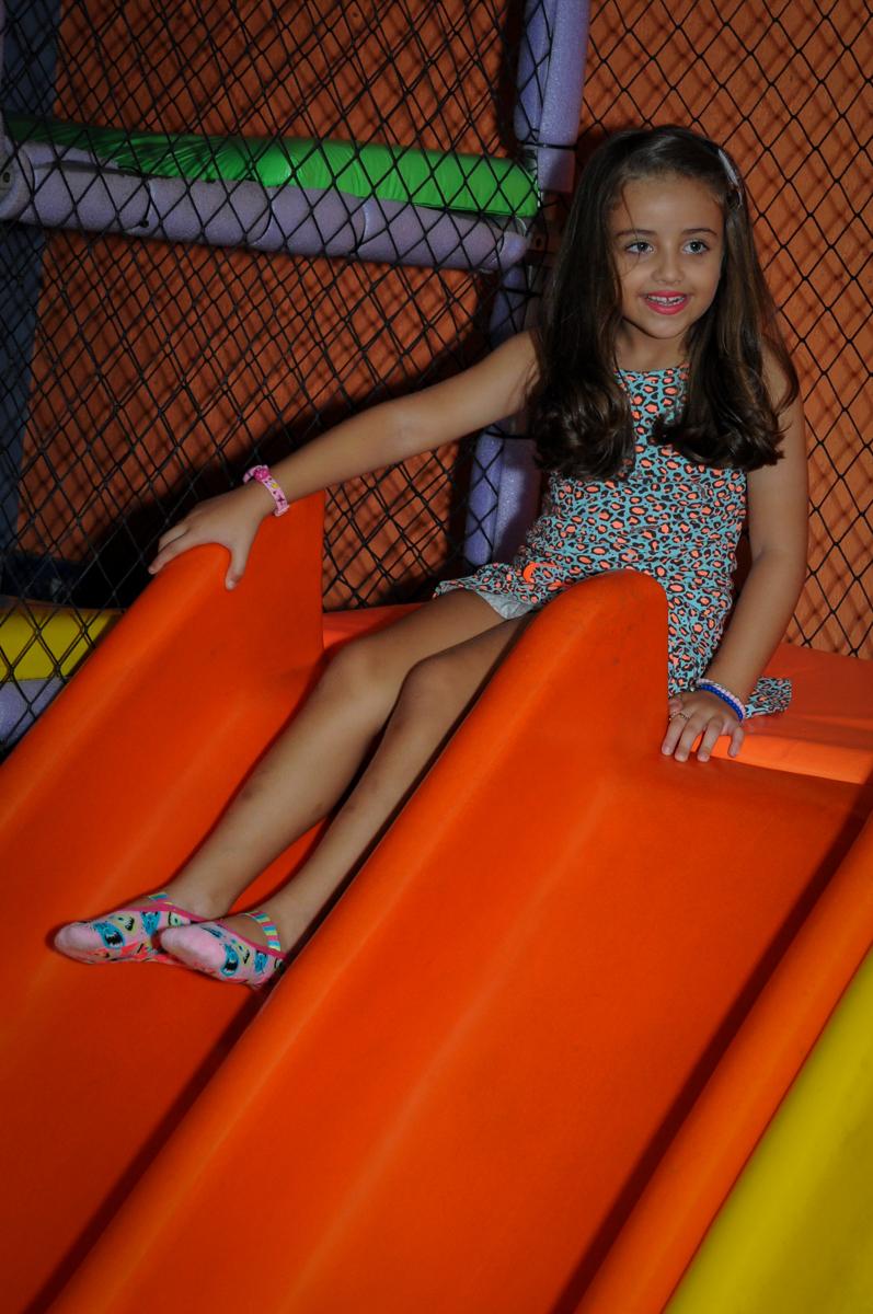 A aniversariante brincando no escorregador no Buffet Infantil Planeta 2, Butantã, SP, festa infantil, tema Hello Kitty, Maria Eduarda 6 anos