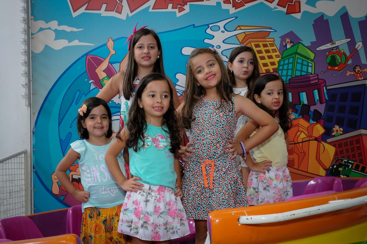 As amiguinhas posam para as fotos no Buffet Infantil Planeta 2, Butantã, SP, festa infantil, tema Hello Kitty, Maria Eduarda 6 anos