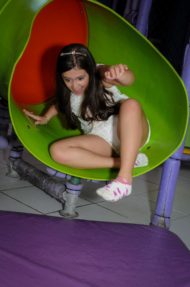 bagunça no escorregador do brinquedão no Buffet Infantil Planeta 2, Butantã, SP, festa infantil, tema Hello Kitty, Maria Eduarda 6 anos