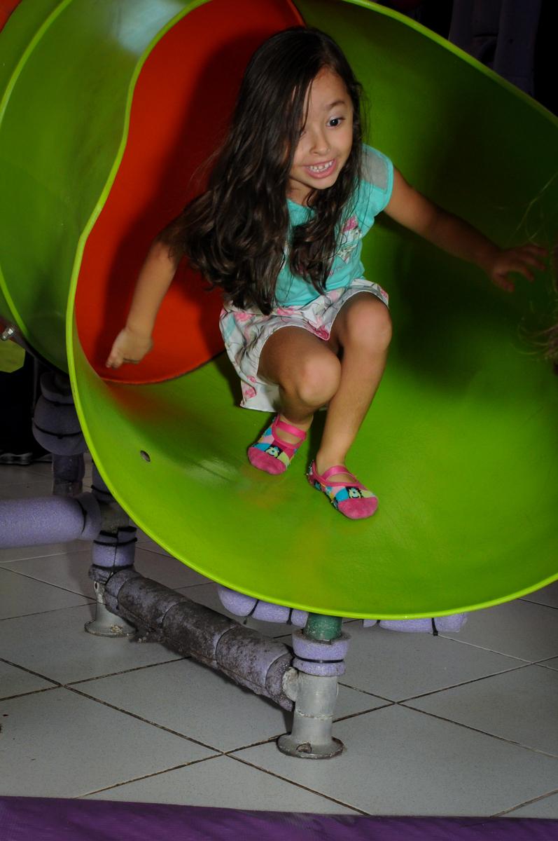 mais uma amiguinha que brinca no escorregador do brinquedão no Buffet Infantil Planeta 2, Butantã, SP, festa infantil, tema Hello Kitty, Maria Eduarda 6 anos