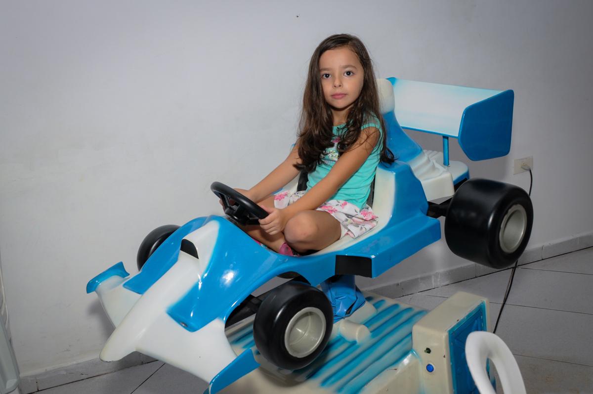 Amiguinha está curtindo brincar no aviãozinho no Buffet Infantil Planeta 2, Butantã, SP, festa infantil, tema Hello Kitty, Maria Eduarda 6 anos