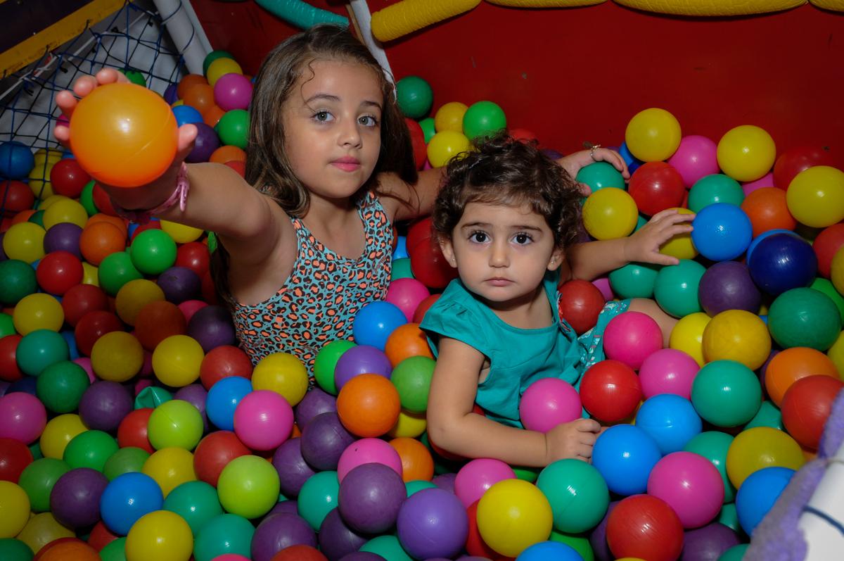 Piscina de bolinha uma delícia para as brincadeiras no Buffet Infantil Planeta 2, Butantã, SP, festa infantil, tema Hello Kitty, Maria Eduarda 6 anos