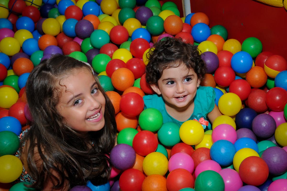 mais bagunça na piscina de bolinha no Buffet Infantil Planeta 2, Butantã, SP, festa infantil, tema Hello Kitty, Maria Eduarda 6 anos