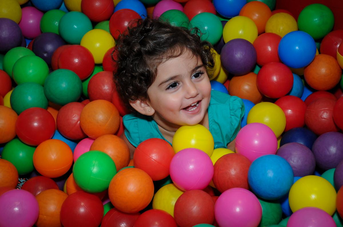 sorrisos nas brincadeiras na piscina de bolinha no Buffet Infantil Planeta 2, Butantã, SP, festa infantil, tema Hello Kitty, Maria Eduarda 6 anos