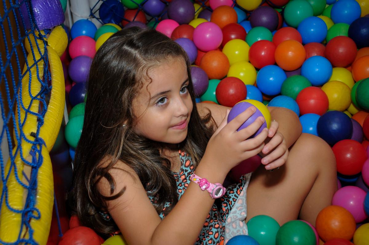 A aniversariante também gosta de brincar na piscina de bolinha no Buffet Infantil Planeta 2, Butantã, SP, festa infantil, tema Hello Kitty, Maria Eduarda 6 anos