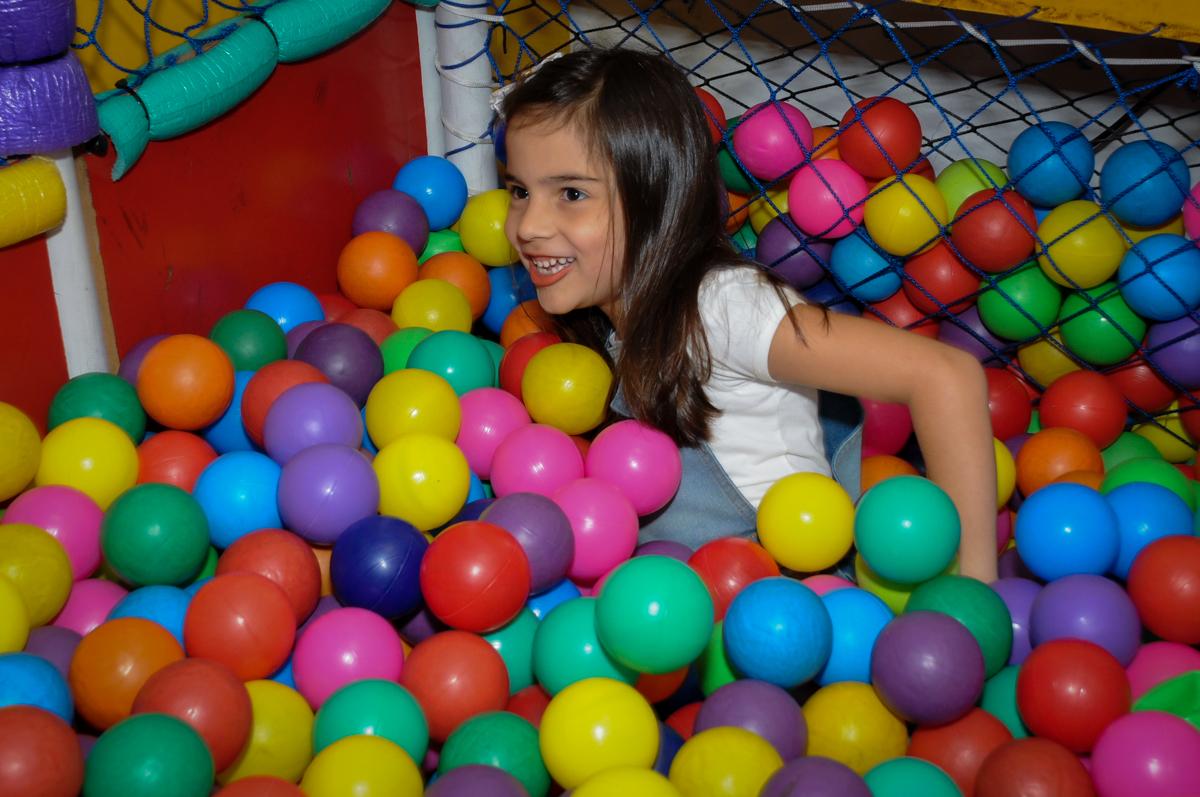 caindo do tombo legal na piscina de bolinha no Buffet Infantil Planeta 2, Butantã, SP, festa infantil, tema Hello Kitty, Maria Eduarda 6 anos