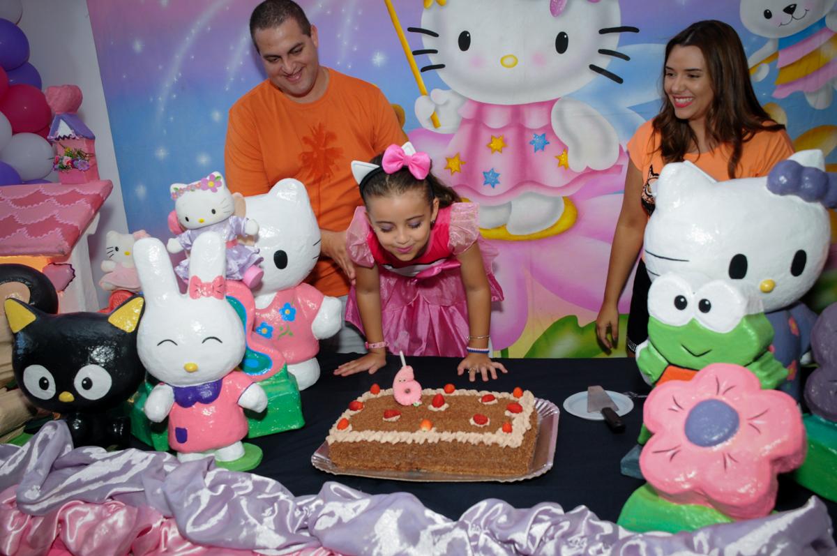 soprando a velinha do bolo no Buffet Infantil Planeta 2, Butantã, SP, festa infantil, tema Hello Kitty, Maria Eduarda 6 anos