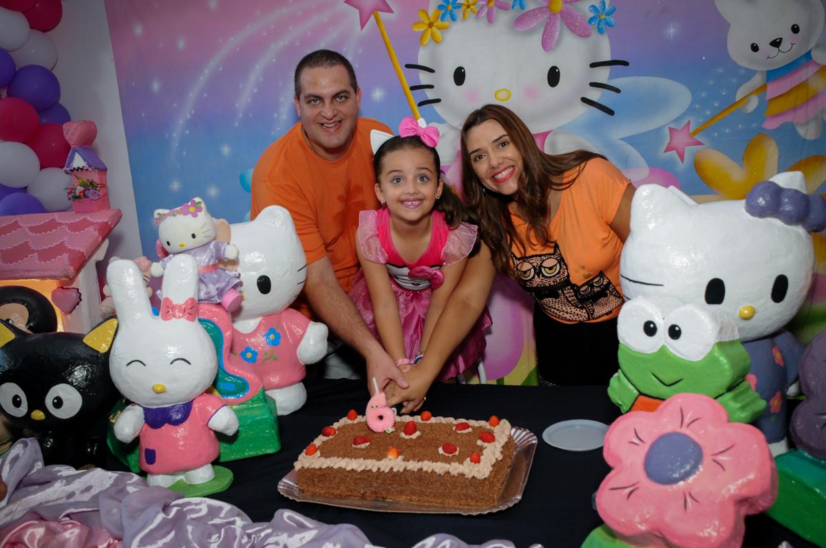 cortando o primeiro pedaço de bolo no Buffet Infantil Planeta 2, Butantã, SP, festa infantil, tema Hello Kitty, Maria Eduarda 6 anos