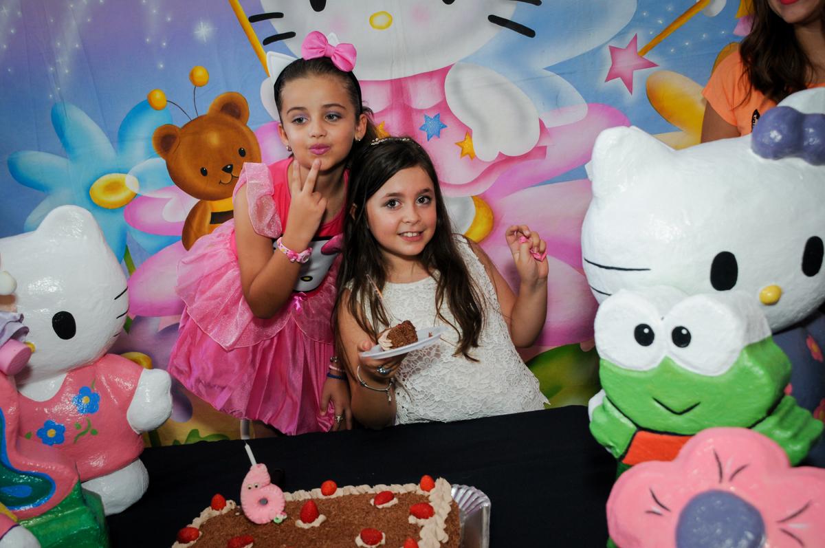 fotografia com a amiga no Buffet Infantil Planeta 2, Butantã, SP, festa infantil, tema Hello Kitty, Maria Eduarda 6 anos