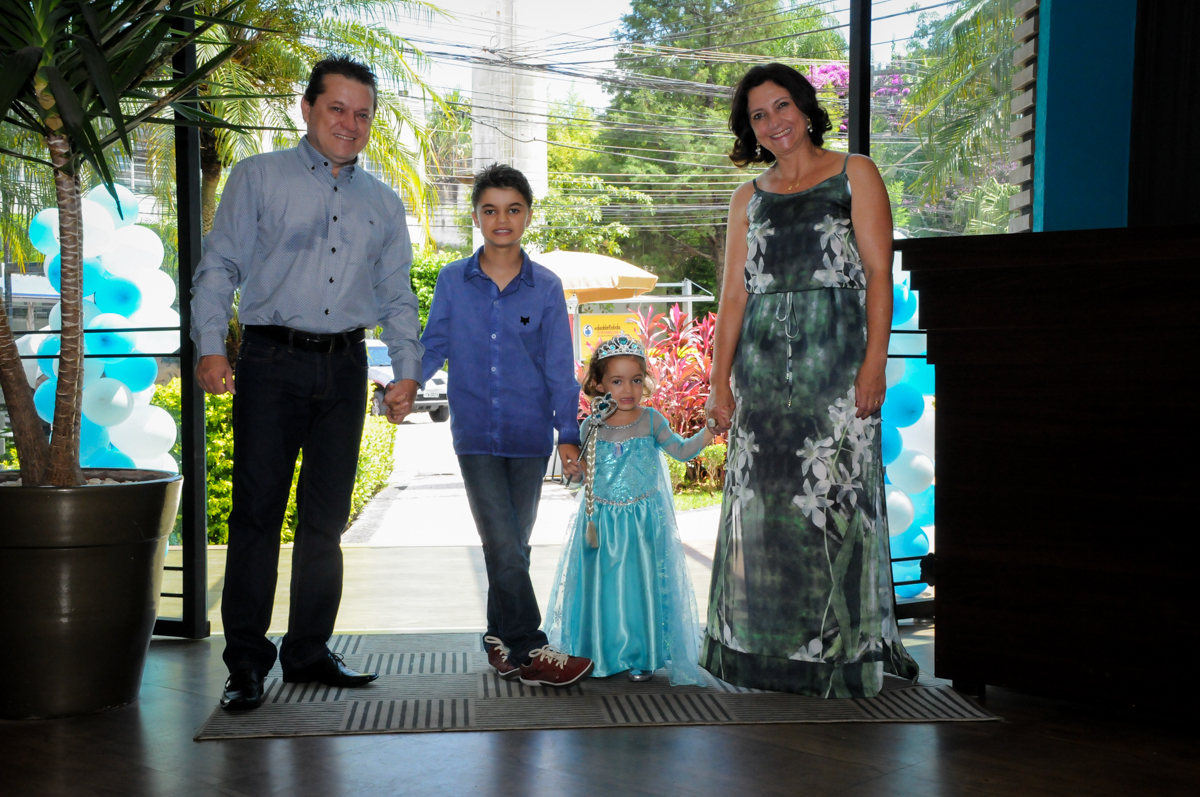 entrada da família para a festa no Buffet Planeta Prime, Alphaville, SP, festa intantil, tema frozen, Gabriela 3 aninhos