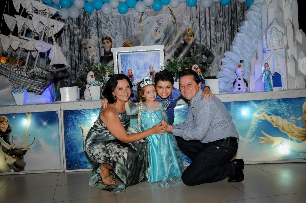 fotografia da família em frente a mesa decorada no