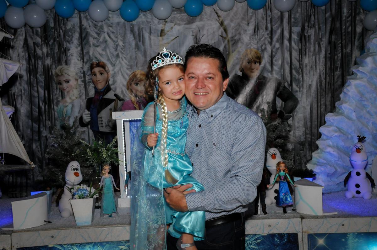 fotografia de filha e pai no Buffet Planeta Prime, Alphaville, SP, festa intantil, tema frozen, Gabriela 3 aninhos