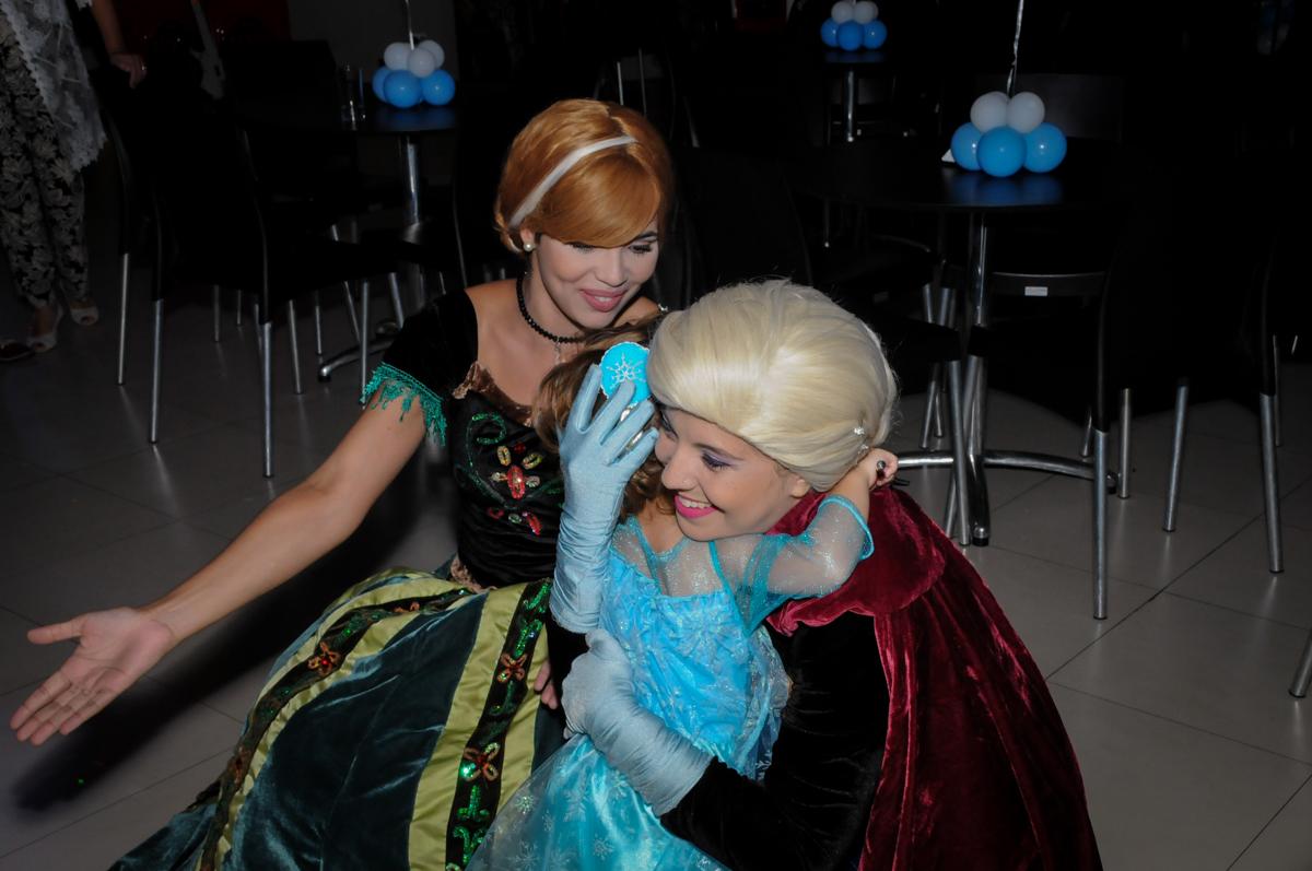 abraço da aniversariante com as personagens da frozen no Buffet Planeta Prime, Alphaville, SP, festa intantil, tema frozen, Gabriela 3 aninhos