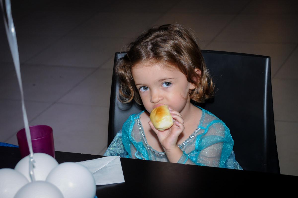 hora do lanche no no Buffet Planeta Prime, Alphaville, SP, festa intantil, tema frozen, Gabriela 3 aninhos
