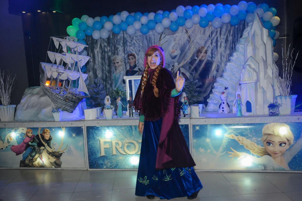 A ana canta em seu show no Buffet Planeta Prime, Alphaville, SP, festa intantil, tema frozen, Gabriela 3 aninhos