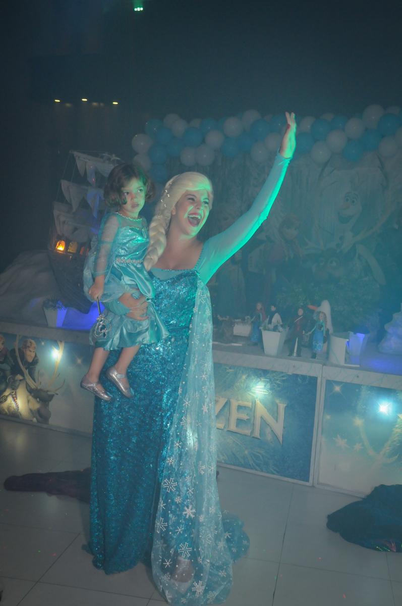 Elsa canta com a aniversariante no Buffet Planeta Prime, Alphaville, SP, festa intantil, tema frozen, Gabriela 3 aninhos