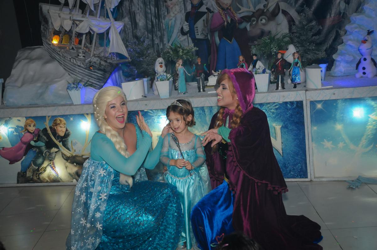 alegria no show da frozen no Buffet Planeta Prime, Alphaville, SP, festa intantil, tema frozen, Gabriela 3 aninhos
