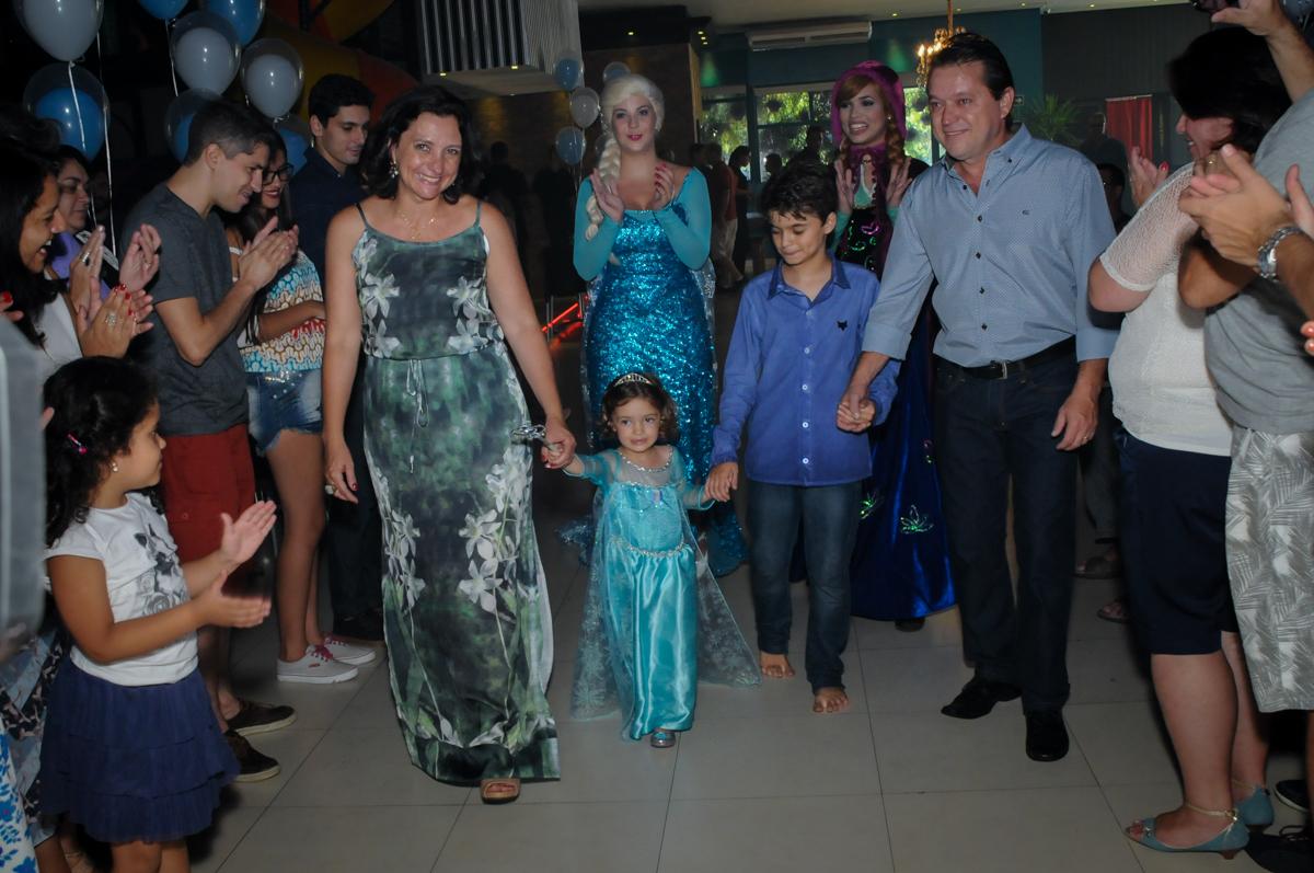 entrada da família para assistirem a retrospectiva no Buffet Planeta Prime, Alphaville, SP, festa intantil, tema frozen, Gabriela 3 aninhos