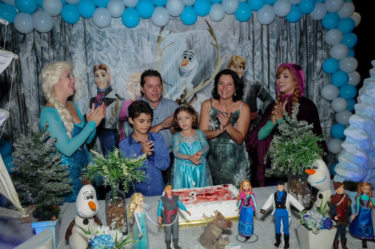 hora de cantar o parabéns no Buffet Planeta Prime, Alphaville, SP, festa intantil, tema frozen, Gabriela 3 aninhos