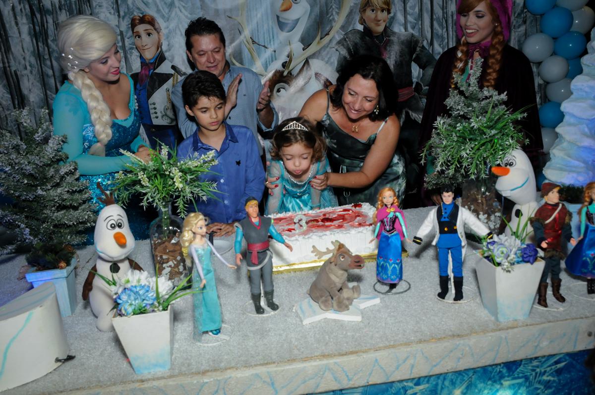 soprando a velinha do bolo no Buffet Planeta Prime, Alphaville, SP, festa intantil, tema frozen, Gabriela 3 aninhos