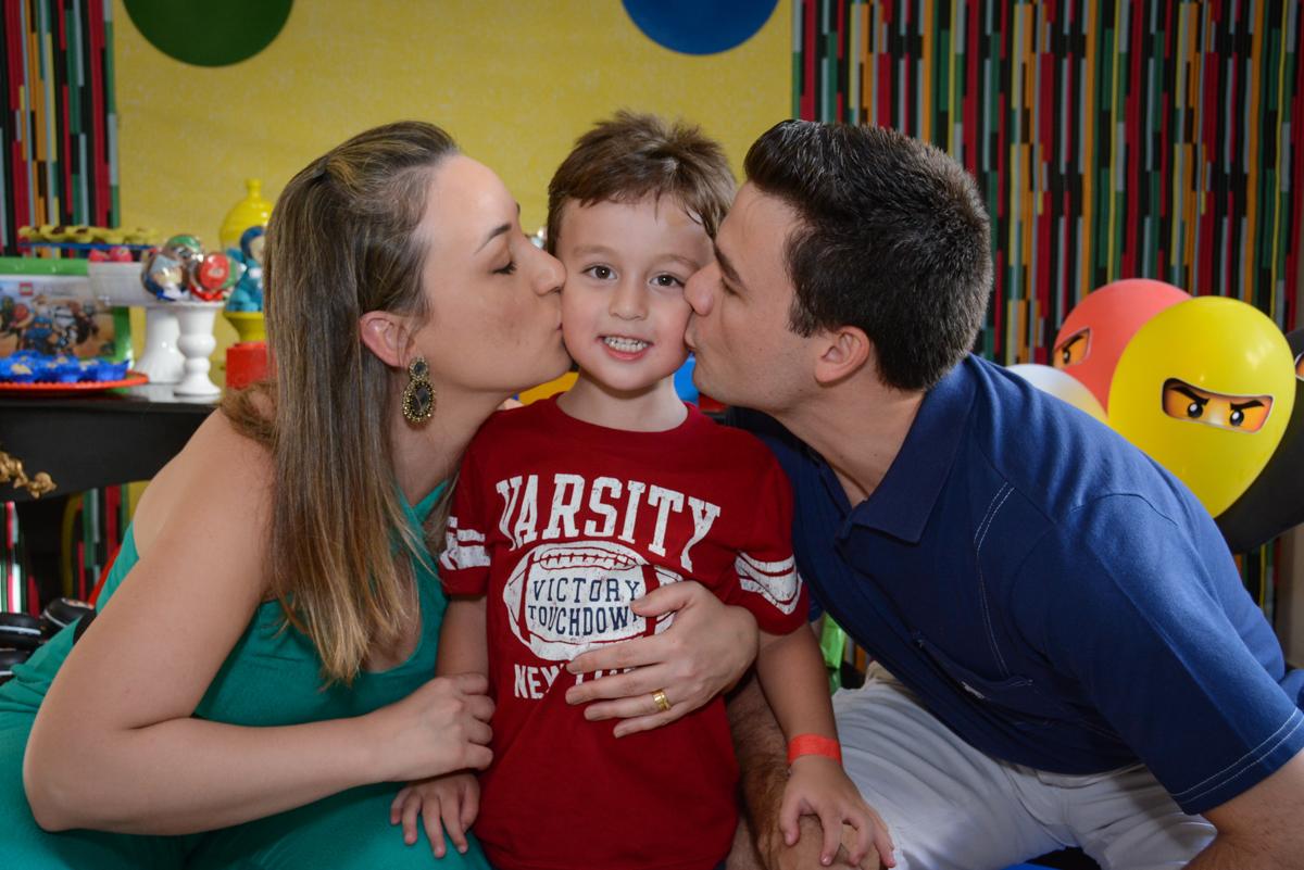 beijinho sanduiche na Festa infantil,fotografia infantil,aniversário de Matheus 4 anos, tema da festa ninjago, condomínio, Morumbi, SP