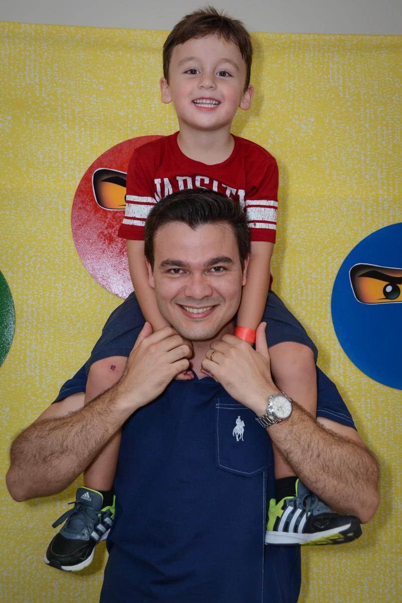 fotografia pai e filho na Festa infantil,fotografia infantil,aniversário de Matheus 4 anos, tema da festa ninjago, condomínio, Morumbi, SP