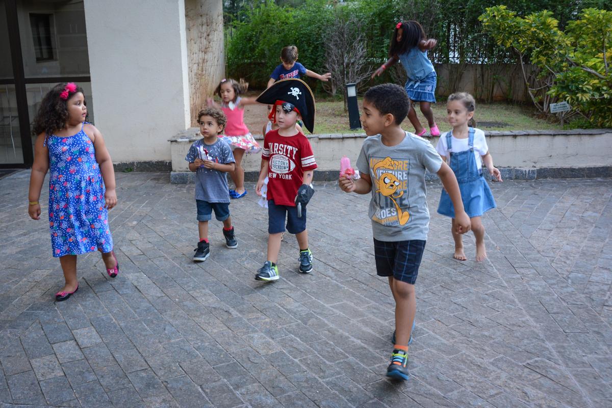 brincadeiras com os monitores na Festa infantil,fotografia infantil,aniversário de Matheus 4 anos, tema da festa ninjago, condomínio, Morumbi, SP