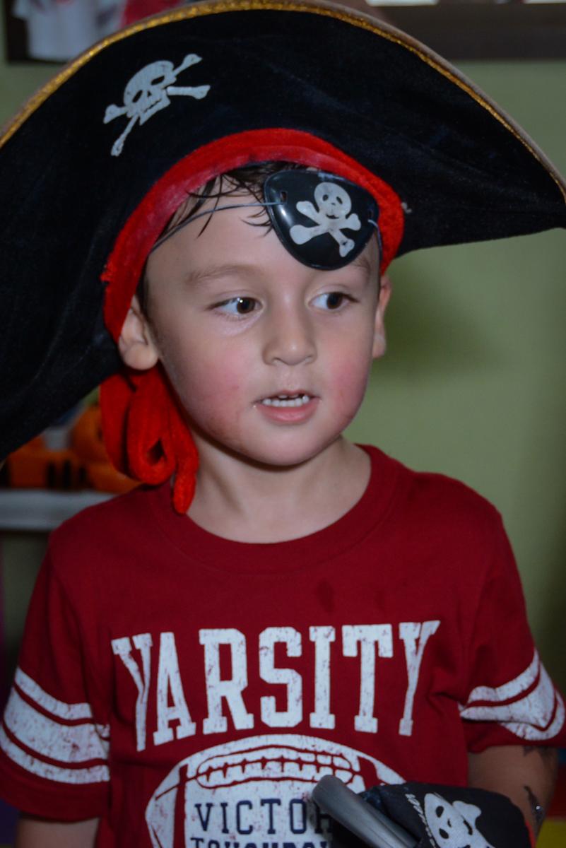 aniversariante vestido de pirata no Festa infantil,fotografia infantil,aniversário de Matheus 4 anos, tema da festa ninjago, condomínio, Morumbi, SP