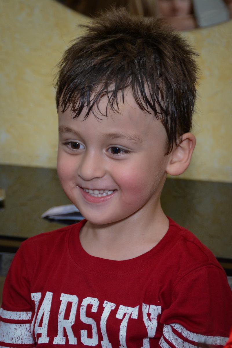 hora de fazer pintura no Festa infantil,fotografia infantil,aniversário de Matheus 4 anos, tema da festa ninjago, condomínio, Morumbi, SP