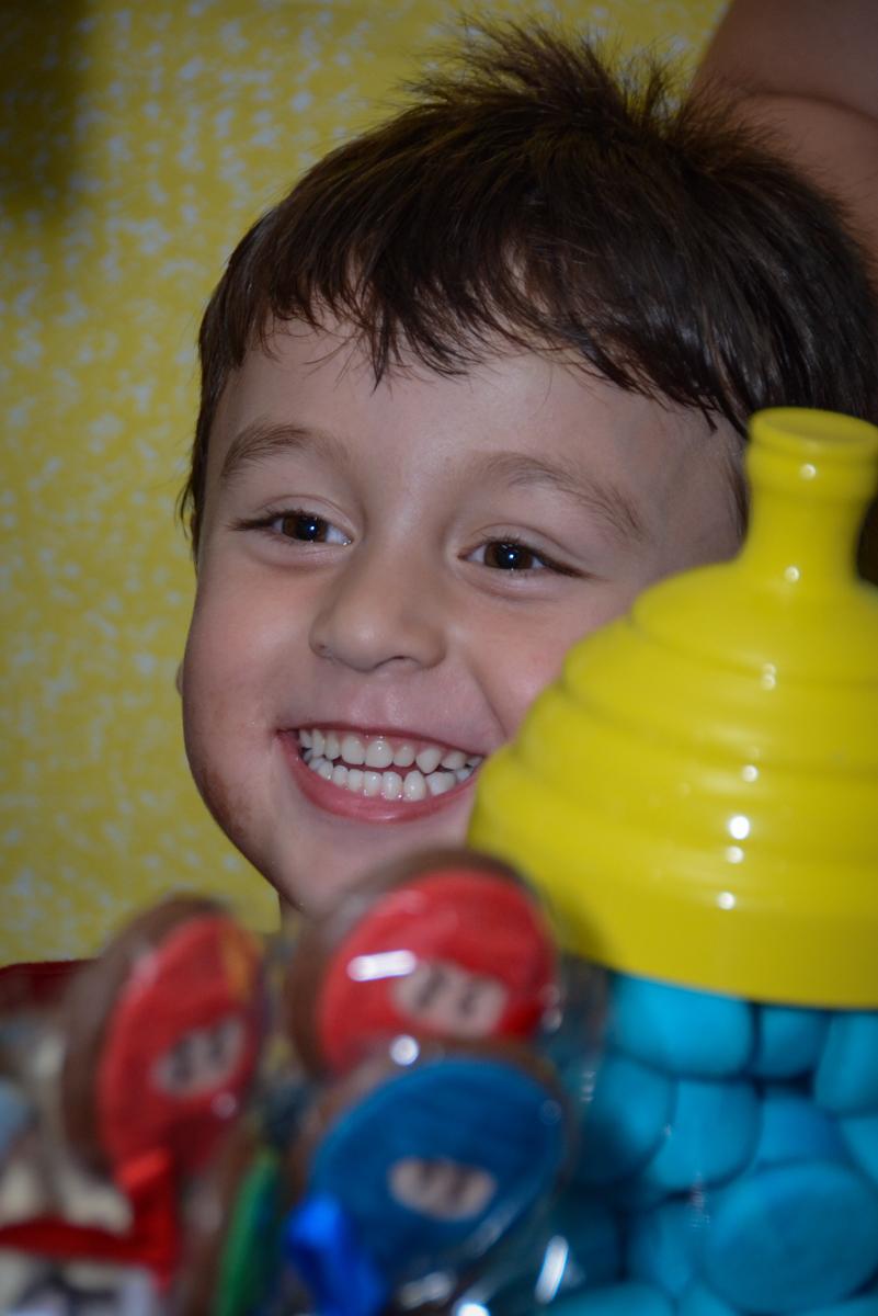 Alegria chegou a hora do parabéns na Festa infantil,fotografia infantil,aniversário de Matheus 4 anos, tema da festa ninjago, condomínio, Morumbi, SP