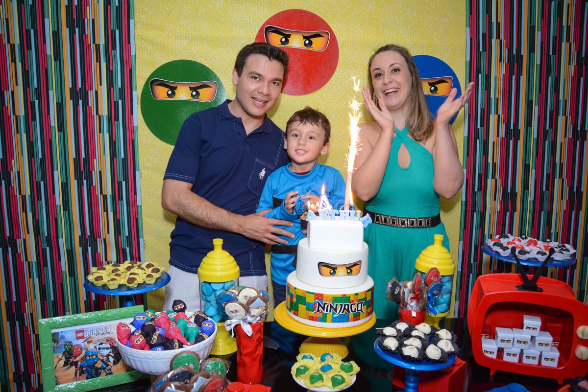 cantando parabéns na Festa infantil,fotografia infantil,aniversário de Matheus 4 anos, tema da festa ninjago, condomínio, Morumbi, SP