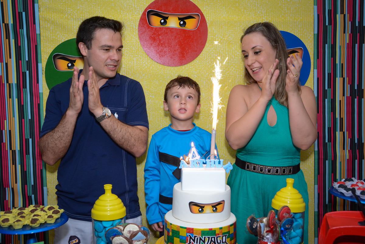 animação com a vela acesa do parabéns na Festa infantil,fotografia infantil,aniversário de Matheus 4 anos, tema da festa ninjago, condomínio, Morumbi, SP