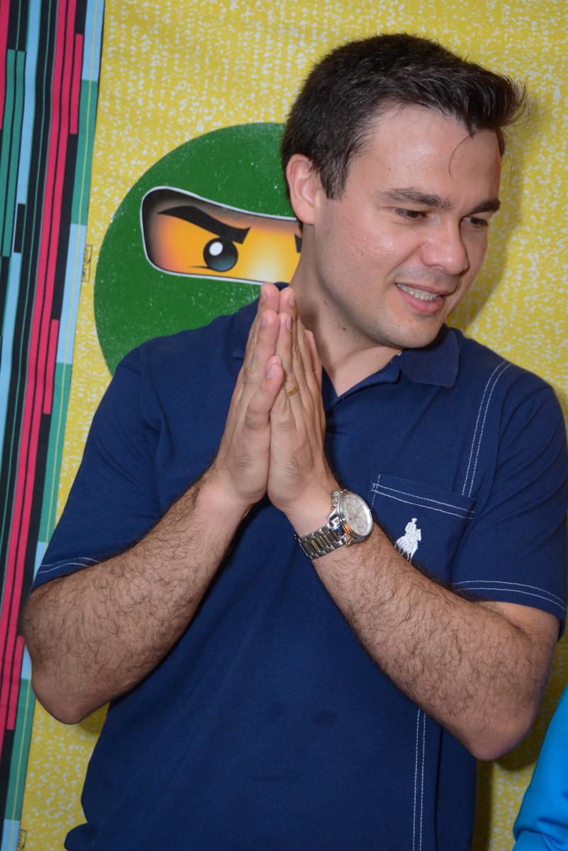 papai feliz na Festa infantil,fotografia infantil,aniversário de Matheus 4 anos, tema da festa ninjago, condomínio, Morumbi, SP