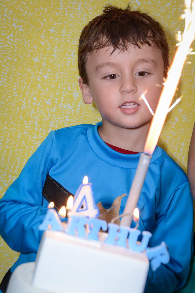 soprando a velinha do bolo no Festa infantil,fotografia infantil,aniversário de Matheus 4 anos, tema da festa ninjago, condomínio, Morumbi, SP