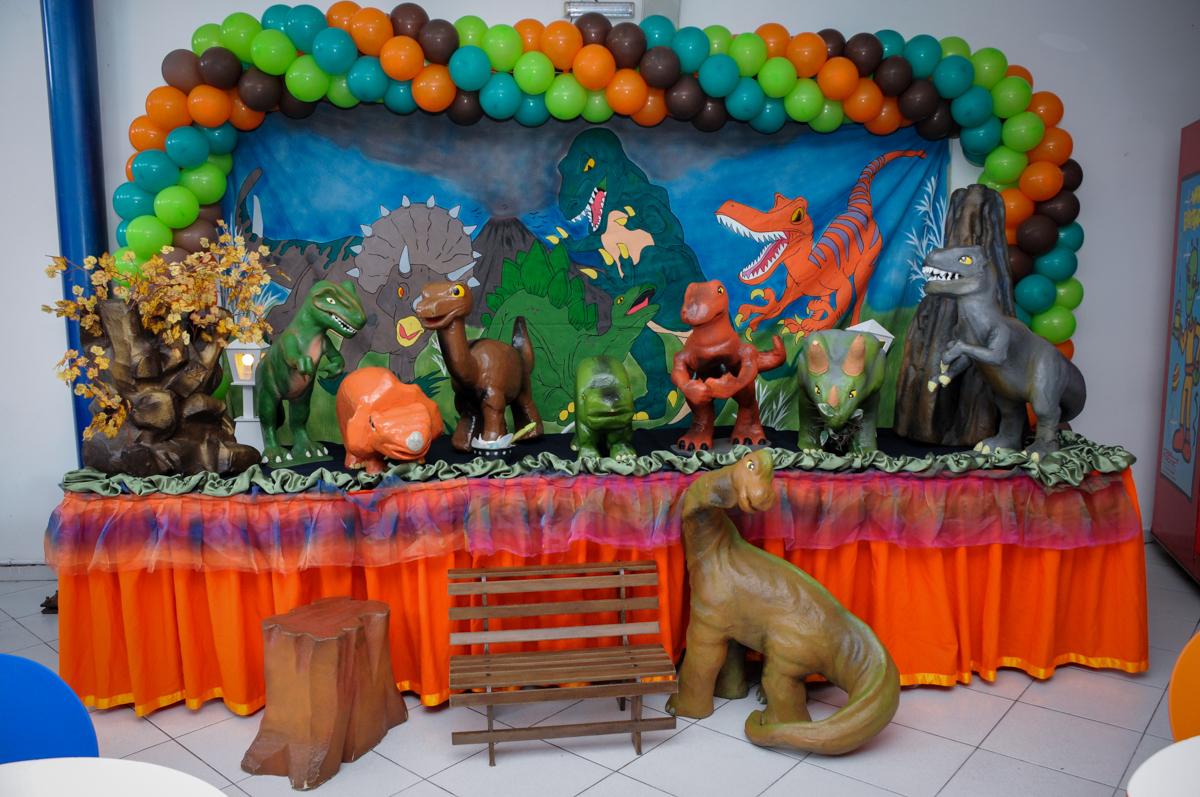 mesa decorada no Buffet Planeta 2, Butantã, SP, festa infantil fotografia infantil, aniversário de Fabrício 4 anos tema da mesa dinossauros